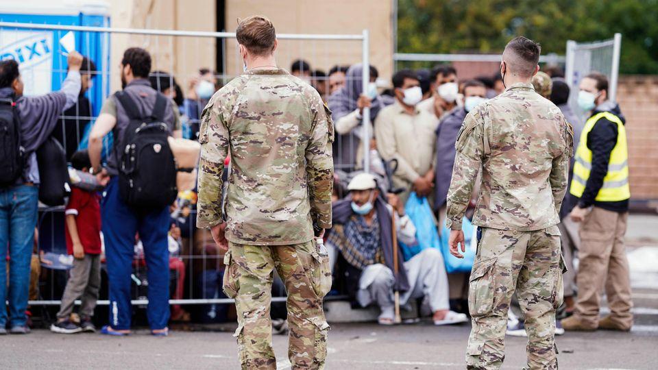 US-Soldaten mit afghanischen Flüchtlingen in Ramstein