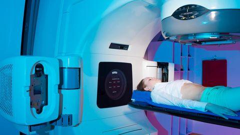 Eine Patientin liegt zur Bestrahlung im Linearbeschleuniger