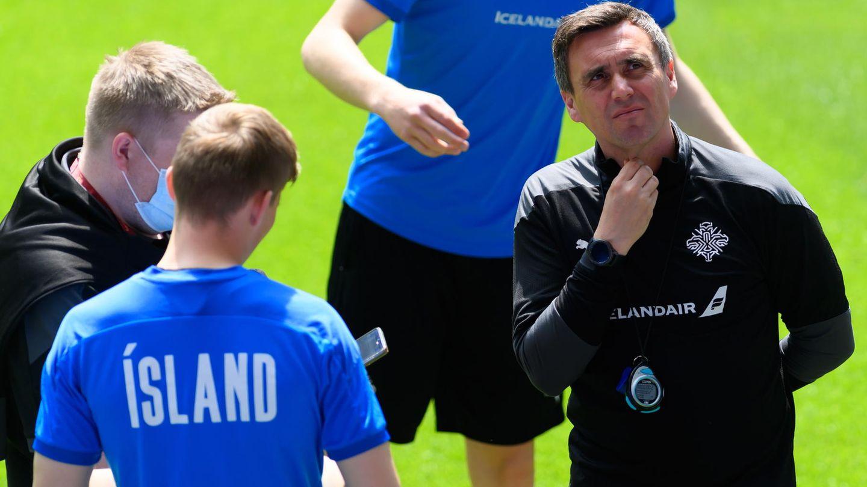 Arnar Vidarsson (r, ), Trainer der Isländer, leitet eineTrainingseinheit teil