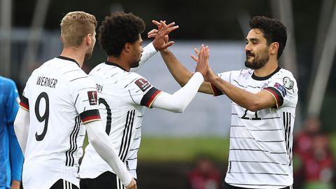 Torschütze Serge Gnabry (M) jubelt mit Timo Werner (l) und lkay Gündogan über das 0:1 gegen Island in der WM-Quali