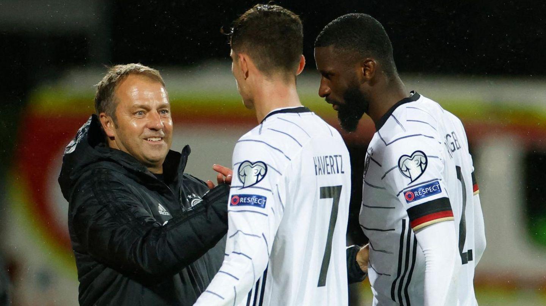 Hansi Flick klatscht Kai Havertz und Antonio Rüdiger nach dem Spiel gegen Island ab, die Rückreise wurde dann etwas umständlich