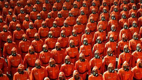 Parade von Soldaten in Rot