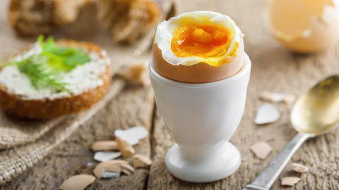 Ein gekochtes Ei auf einem Frühstückstisch