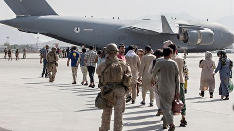 US-Soldaten begleiten Familien Ende August am Flughafen Kabul zu einem der letzten Evakuierungsflüge