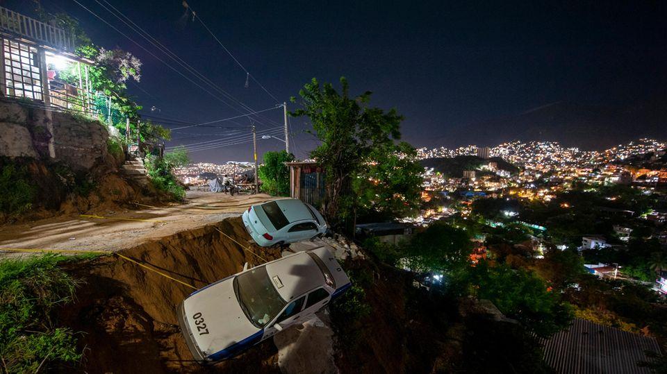 Zwei Autos sind bei dem Erdbeben in Mexiko nahe Acapulco fast einen Abhang hinuntergestürzt