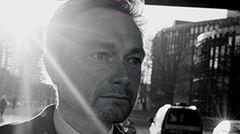 """Seine Partei könnte bei den komplizierten Koalitionsverhandlungen nach der Bundestagswahl eine entscheidende Rolle spielen: Nicht wenige sehen in Christian Lindner deshalb den Königsmacher. Vor vier Jahren verweigerte seine FDP noch die Regierungsbeteiligung - diesmal wird er sich kaum drücken können. Wer wissen will, wie der Chef der Liberalen tickt, sollte """"Schattenjahre.Die Rückkehr des politischen Liberalismus"""" hören. Darin beschreibt Lindner, wie er seine Partei nach dem Wahldebakel 2013 wieder neu errichtet hat, und verrät, wie er politisch denkt. Zwar ist das Buch bereits vier Jahre alt - hat an Aktualität aber nur wenig eingebüßt.  Zum Download bei Audible"""
