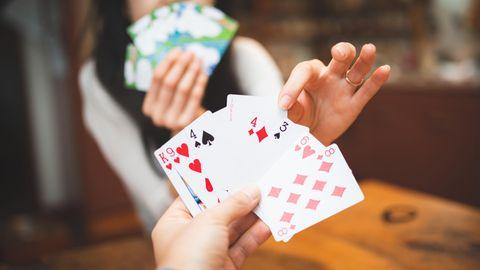 Kartenspiele zu zweit: Wenn die Runde kleiner ist, braucht es spannende Spiele mit Karten für zwei Spieler:innen