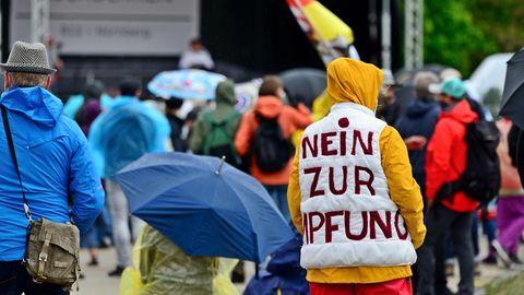 Ein Impfgegner auf einer Veranstaltung der Querdenker in Nürnberg