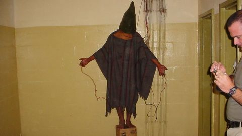 Gefangener wird in Abu Ghraib gefoltert