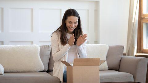 Eine Frau freut sich über ihren September-Deal.