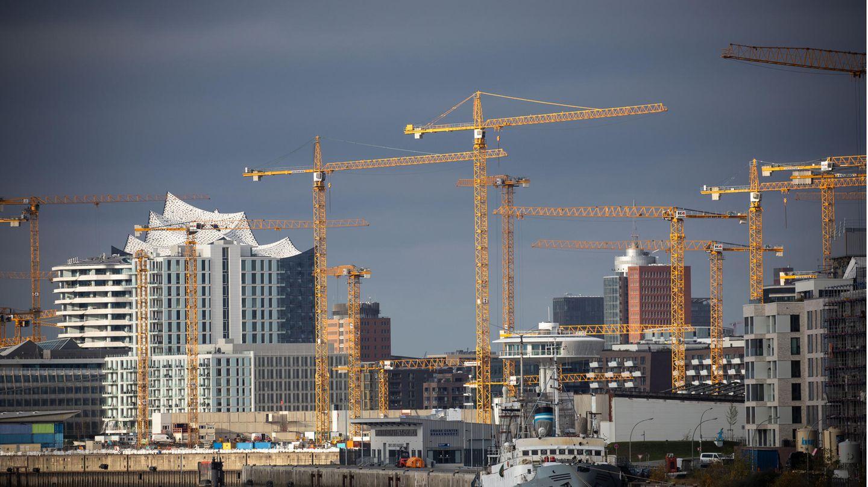 Baukräne stehen an verschiedenen Baustellen am Bakenhafen und im Überseequartier in der Hafencity