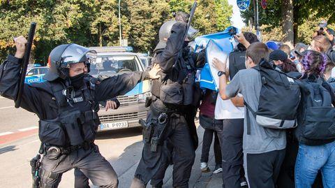 Die Polizeiaufgebot war weitaus größer las die Zahl der jungen Demonstranten