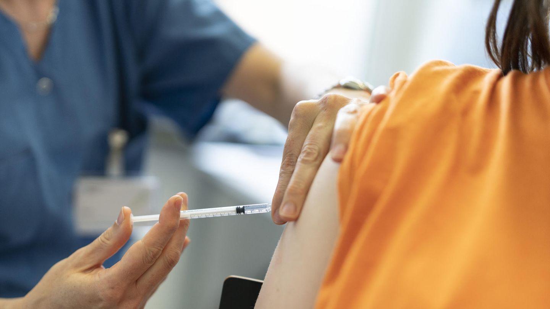 Kind bekommt eine Corona-Impfung