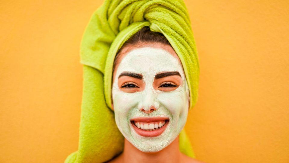 Eine Frau trägt eine grüne Gesichtsmaske