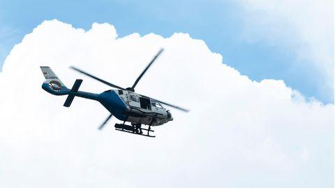Polizei Hubschrauber fliegt am Himmel.