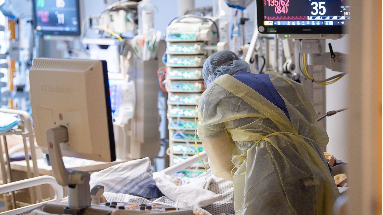 Ein Intensivpfleger arbeitet auf einer Intensivstation des RKH Klinikum Ludwigsburg an einem Covid-19-Patient