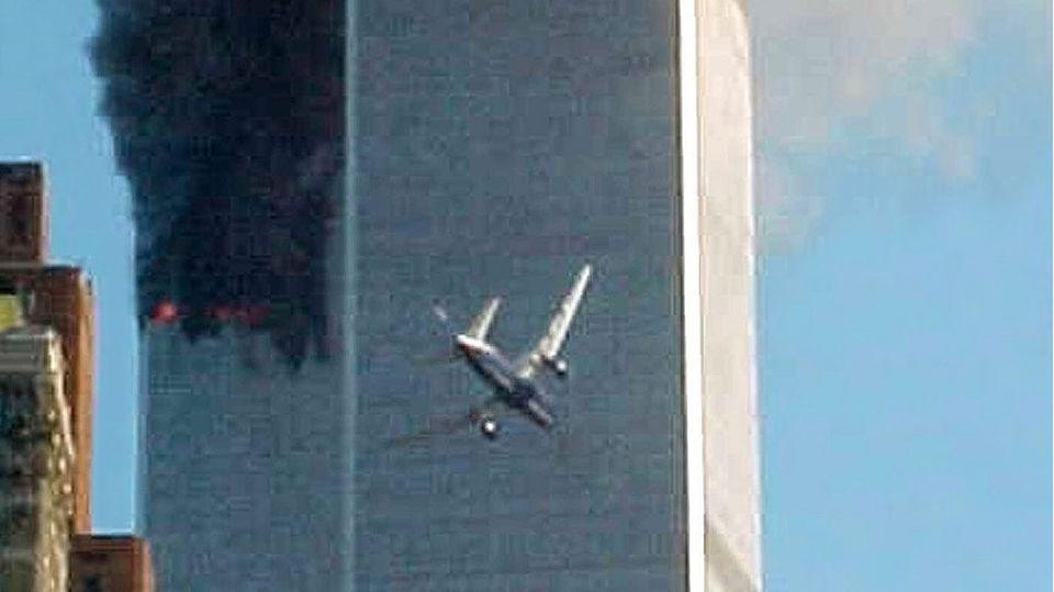 Ein Flugzeug fliegt ins World Trade Center