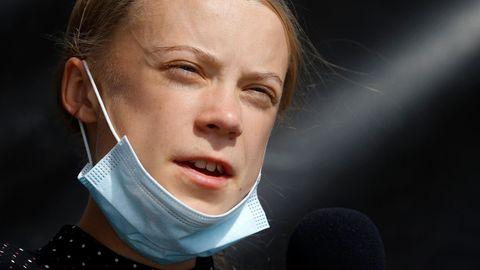 Greta Thunberg schaut in die Sonne