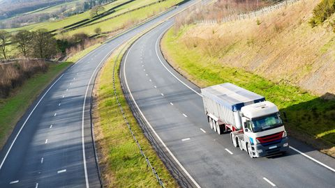 """Trucker allein auf weiter Flur. """"Das schlechte Image treibt die Fahrer um. Wir brauchen eine neue Wahrnehmung des Berufs"""", heißt es Logistik-Bundesverband."""