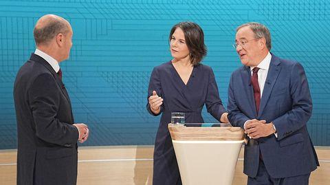 Entspannte Diskussion abseits der TV-Kameras (v.li.): Olaf Scholz, Annalena Baerbock und Armin Laschet
