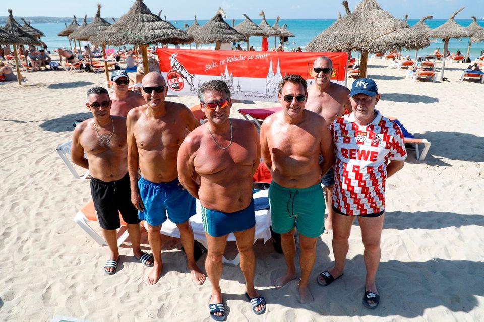 Franko, Rene, Peter, Bernd, Stephan, Kalla und Herbert aus Köln haben sich am Strand von Arenal zum Gruppenfoto aufgestellt.
