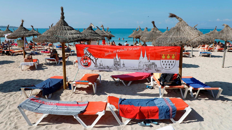 Die Platja de Palma ist derzeit fest in Kölner Hand: Ein Köln-Banner ist am Strand von Arenal aufgespannt.