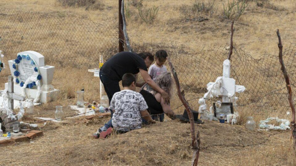 Verwandte trauern am Grab des ermordeten Umweltaktivisten Oscar Eyraud Adams in Juntas de Neji in Mexiko