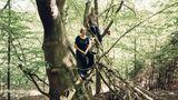 """Platz eins in der Kategorie """"Aufsteiger"""": Anna und Ran Yona, Wildling Shoes GmbH, Engelskirchen  Anna und Ran Yona wünschten sich für ihre Kinder Schuhe, die die Muskeln trainieren und ganz viel Platz für Zehen lassen. Inzwischen verkaufen sie und ihre 200 Mitarbeiter im Jahr fast 500 000 Wildlinge – Minimalschuhe mit ultradünner Sohle, die so wenig Schuh sind wie möglich – und so viel wie nötig. Hergestellt aus biologischen Materialien wie Wolle oder japanischem Reispapier, die natürlichen Kreisläufen wieder zugeführt werden können.  Anna Yona: """"In der Natur gibt es keinen Abfall, nur der Mensch produziert Müll. Wir wollen zeigen, dass es auch anders möglich ist."""""""