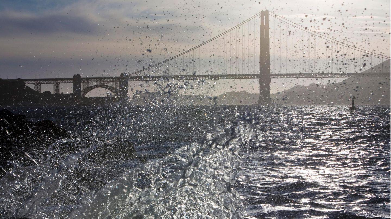 Wellen in der Bucht von San Franciso mit der Golden Gate Bridge im Hintergrund