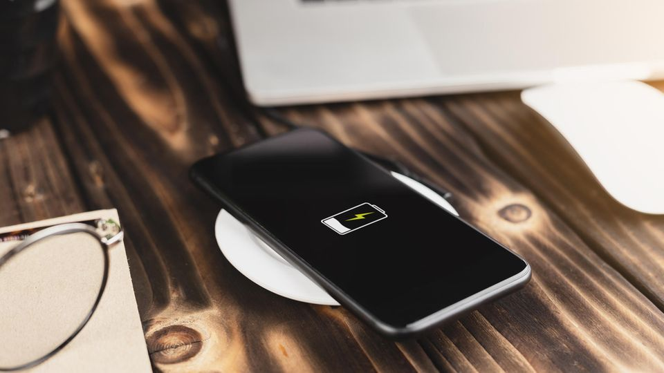 Induktives Laden von iPhones: Smartphone auf einem Qi-Ladegerät