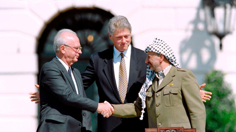"""13. September 1993: Ein Handschlag der Hoffnung zwischen Jassir Arafat und Yitzhak Rabin  Ihr Händeschütteln öffnete ein neues Kapitel der Beziehungen zwischen Israel und den Palästinensischen Gebieten. Am 13. September 1993 unterzeichnender israelische Ministerpräsident Yitzhak Rabin und der palästinensische Machthaber Jassir Arafat in Washington DC die sogenannte """"Prinzipienerklärung über die vorübergehende Selbstverwaltung""""– auch bekannt als Oslo-Abkommen.  Das Abkommen istdas erste im Rahmen des Oslo-Friedensprozesses und ein Meilenstein im Friedensprozess des Nahostkonfliktes, da sich beide Seiten erstmals offiziell anerkennen. Zuvor gab es intensive Kontakte zwischen beiden Seiten. Die Rahmenvereinbarung enthält allgemeine Prinzipien für eine fünfjährige Interimsphase palästinensischer Selbstverwaltung. Die Frage des endgültigen Status wurdeauf noch zu führende Verhandlungen verschoben.  Rabin wirdzwei Jahre später, am 4. November 1995, von einemrechtsextremen, religiös-fanatischen Jurastudenten erschossen."""