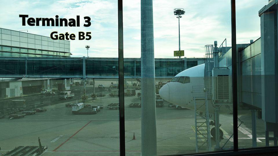 Nach eine Strecke von 10.284 Kilometern: Die Boeing 777-300 ist am Changi Airport in Singapur gelandet.