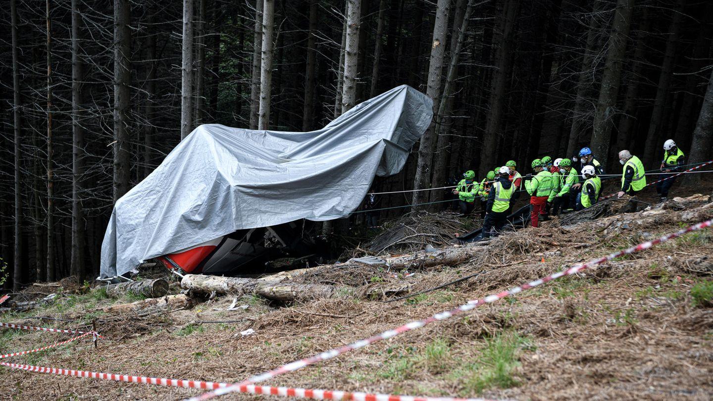 I soccorritori del Soccorso alpino lavorano sul luogo dell'incidente dopo che una gondola si è schiantata contro la funivia