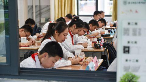 Der Leistungsdruck in chinesischen Bildungseinrichtungen ist hoch. Die Regierung versucht nun gegenzusteuern