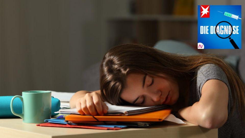 Teenagerin schläft beim Lernen