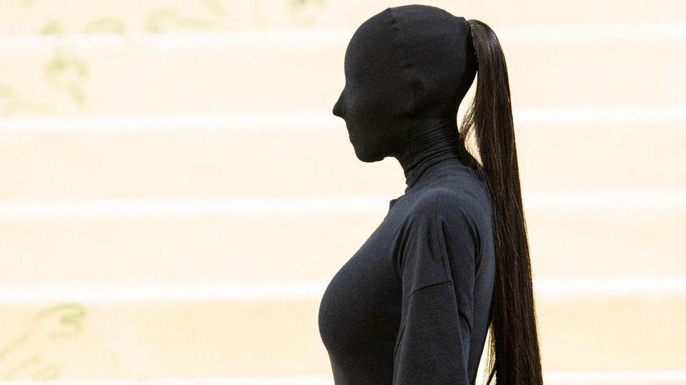 Kim Kardashian komplett verhüllt: Was steckt hinter ihrem Auftritt bei der Met Gala?