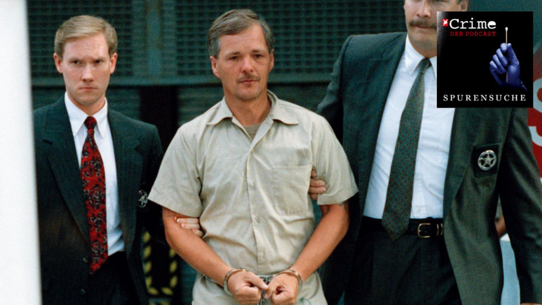Serienmörder Jack Unterweger wird von zwei U.S. Marshalls aus dem Gericht inMiami eskortiert (1992).
