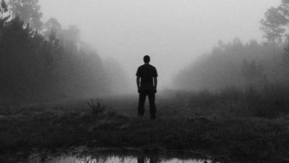Ein Mann steht im Moor