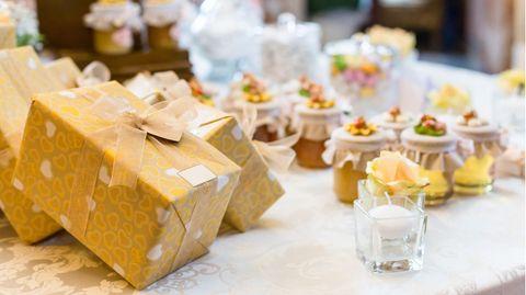 Geschenke liegen bei einer Hochzeit auf dem Tisch