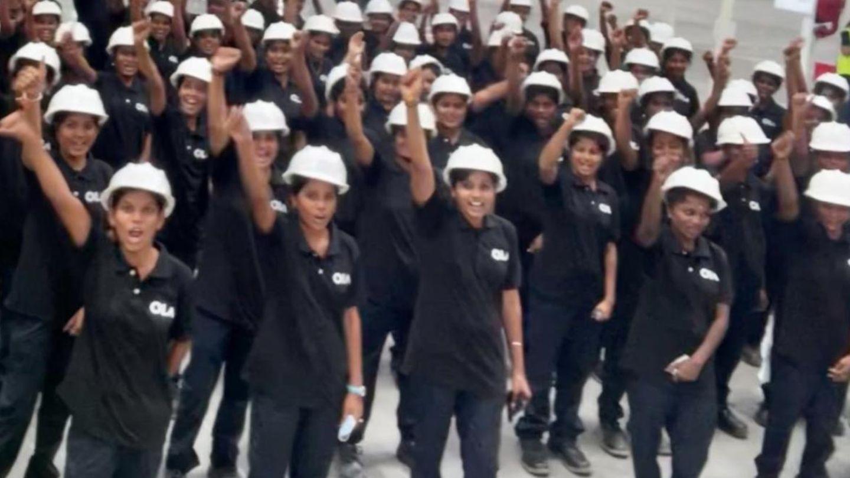 Bhavish Aggarwal mit Mitarbeiterinnen