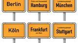 Welche Stadt hat am meisten Ladesäulen?  Das hängt von der Betrachtungsweise ab. In den Großstädten wächst die Zahl der Ladesäulen nur noch langsam, die kleineres Städte holen dagegen stark auf.Bei den Metropolen ist Berlin mit rund 1.800 öffentlichen Ladepunkten führend. Darauf folgenMünchen mit 1.327 und Hamburg mit 1.214 Ladesäulen.  Gemessen an Ladesäulen auf 100.000 Einwohner ändert sich das Ranking: Hier rutscht Berlin mit 49 Ladesäulen auf 100.000 Einwohner auf den letzten Platz. München mit erklimmt 89 öffentlichen Ladepunkten auf 100.000 Einwohner die Top-Position. Die Plätze zwei und drei nehmen Stuttgart mit 81 Ladesäulen und Essen mit 73 Ladepunkten ein.  Geradezu beeindruckend wird die Ladesäulendichte bei Städten mit100.000 bis 500.000 Einwohnern. VW sichert Wolfsburg mit 493 Ladepunkten die Spitzenposition, darauf folgen das beschauliche Regensburg mit 282 Ladepunkten und Karlsruhe mit 260 Ladepunkten.