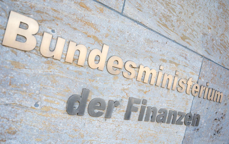 """Der Schriftzug """"Bundesministerium der Finanzen"""" ist außen am Gebäude des  Bundesfinanzministerium zu lesen"""