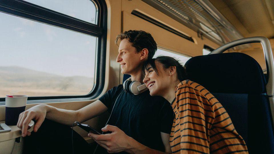 Verliebtes Paar reist mit dem Zug