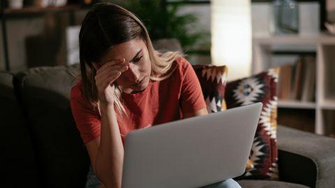 Besorgte Frau vor Laptop
