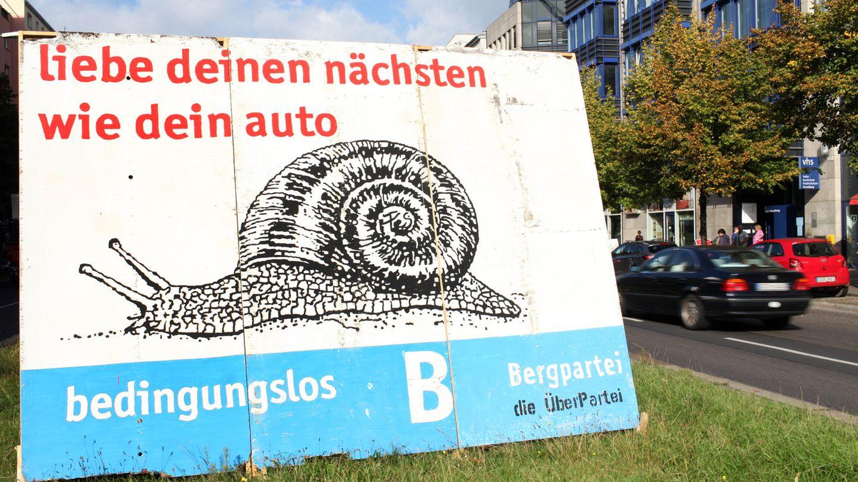 """Ein Wahlplakat der Bergpartei mit dem Spruch """"Liebe deinen nächsten wie dein Auto"""""""