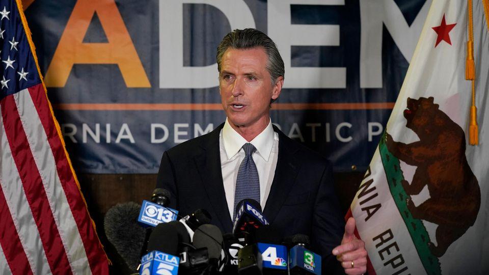 Der kalifornische Gouverneur Gavin Newsom spricht zu Reportern