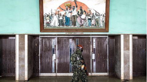 Conakry, Genua. Ein Mitglied der Spezialeinheit patrouilliert im Volkspalast, während einer Gesprächssitzung zwischen Oberst Mamady Doumbouya und guinischen politischen Parteien. Die Spezialeinheiten hatten den 83-jährigen Präsidenten Alpha Condé Anfang September festgenommen. Der ehemalige Verfechter der Demokratie wird beschuldigt, den Weg in Richtung Autoritarismus eingeschlagen zu haben.