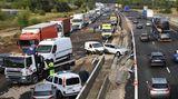 Bernis, Frankreich. Zweiteilung auf der Autobahn A9 in Südfrankreich: Während sich auf der einen Seite der Verkehr vorwärtsbewegt, herrscht in der Gegenrichtung Chaos. Grund ist heftiger Starkregen, der die Region erst kürzlich heimgesucht hat. Die Behörden sind wegen akuter Überschwemmungsgefahr in Alarmbereitschaft.