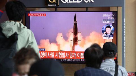 Menschen am Bahnhof von Seoul sehen sich TV-Berichterstattung zum nordkoreanischen Raketenstart an