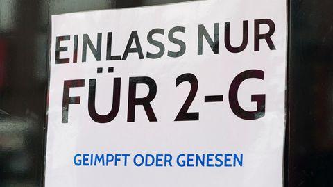 Ein Schild weist auf die 2G-Regel hin